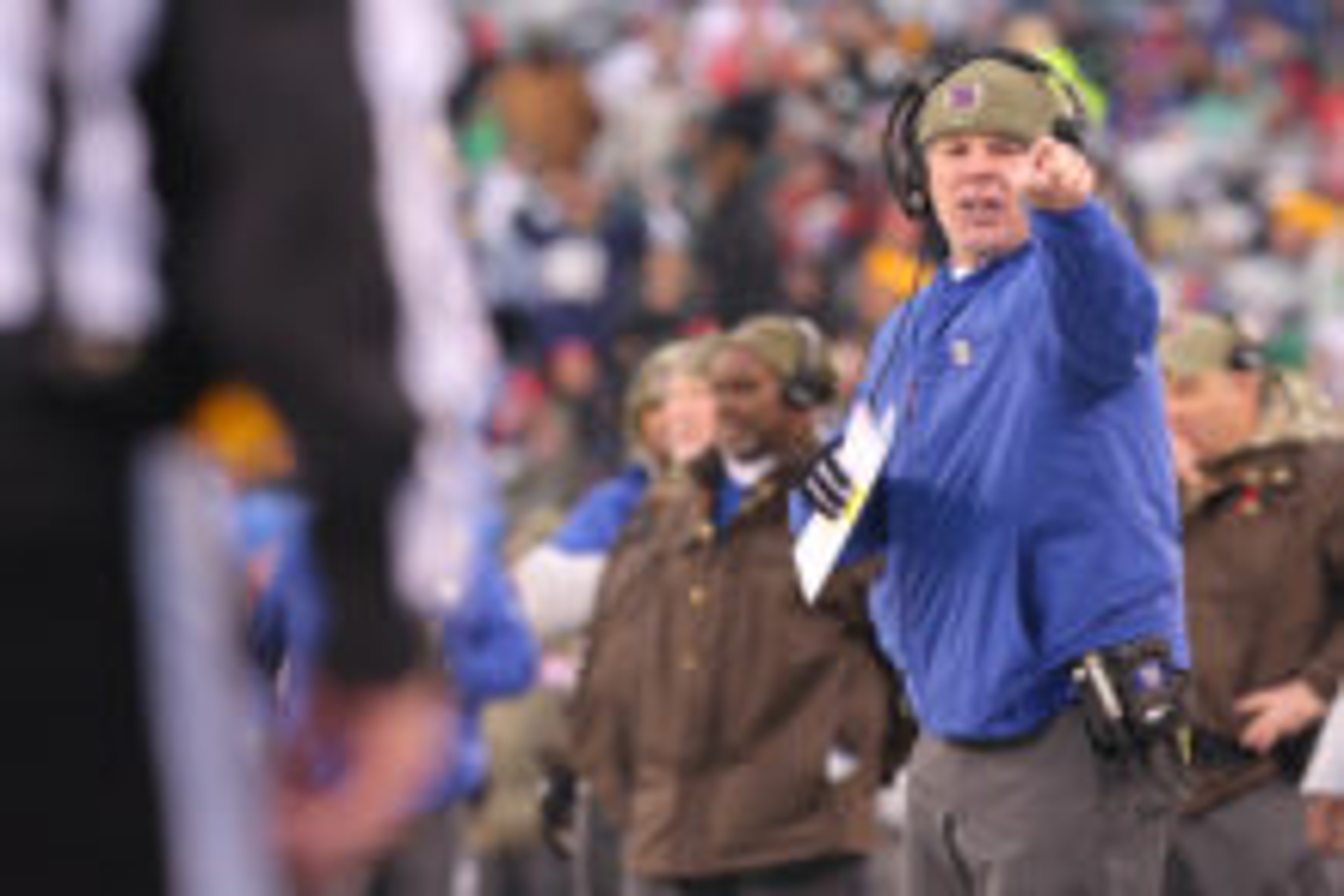 New York Giants head coach Pat Shurmur yells at side judge Jeff Lamberth (21) during the third quarter against the Green Bay Packers at MetLife Stadium.